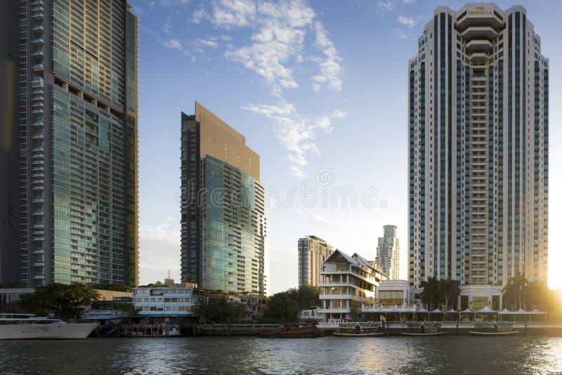 Riva del fiume di Bangkok al tramonto immagini stock libere da diritti