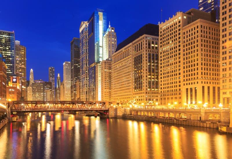 Riva del fiume di Chicago Immagine dei distr del centro della riva del fiume di Chicago fotografie stock