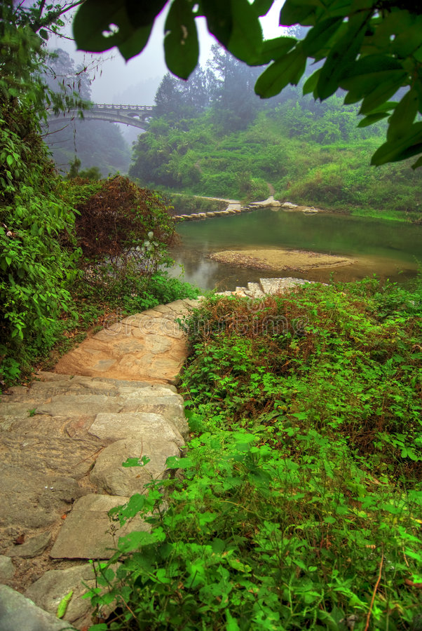 Riva del fiume scenica in Wudang fotografie stock