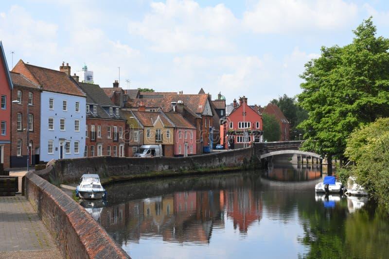 Riva del fiume vicino al ponte di Fye, fiume Wensum, Norwich, Inghilterra fotografia stock libera da diritti