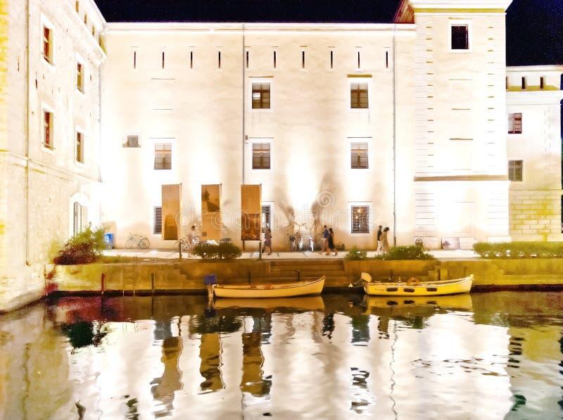 Riva Del Garda θαλάσσιος περίπατος τή νύχτα - Ιταλία στοκ εικόνες
