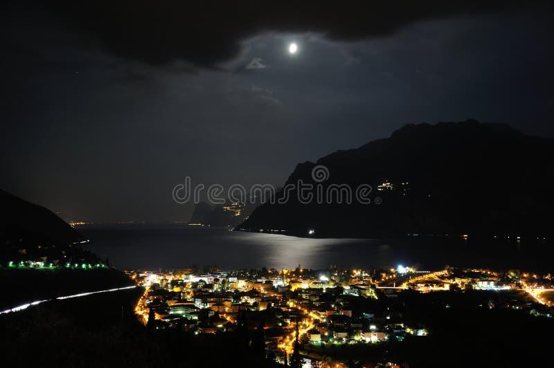 Riva del Garda νύχτα και φεγγάρι στοκ φωτογραφίες
