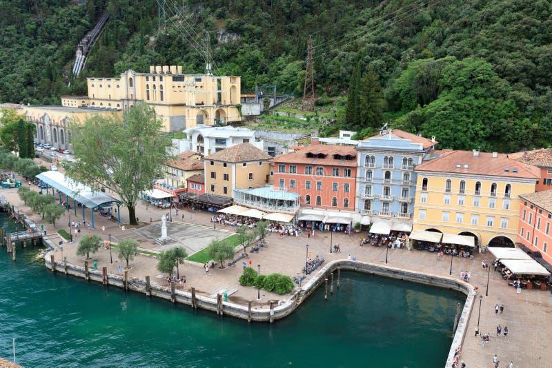Riva del Garda stadpanorama på sjön Garda i Italien royaltyfria bilder