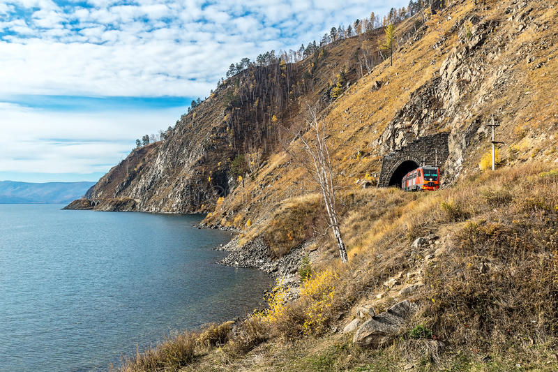 Riva del lago Baikal sulla ferrovia di Circum-Baikal fotografia stock libera da diritti