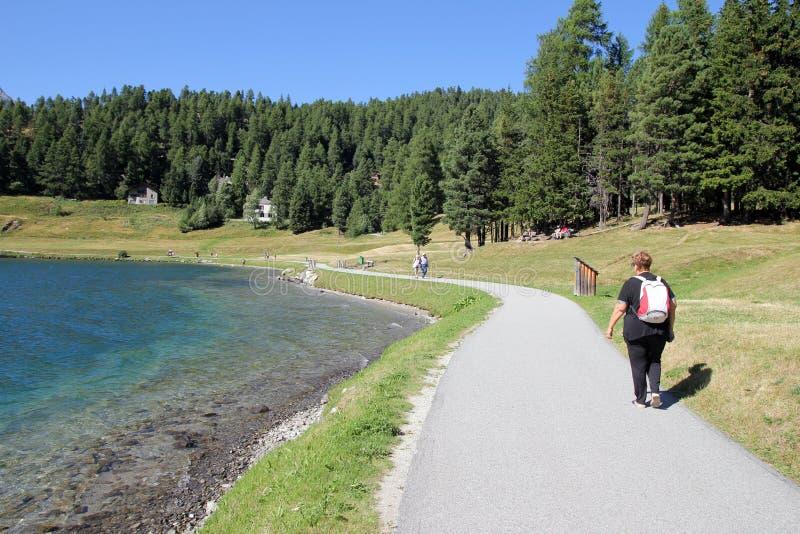 Riva del lago di camminata immagini stock