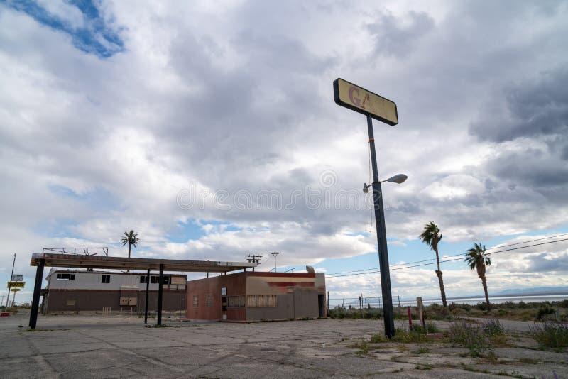 Riva del nord, California: Stazione di servizio abbandonata lasciata per decomporrsi nel deserto, lungo la strada principale 111  immagini stock
