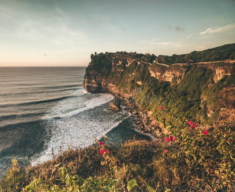 Riva dell'oceano di panorama di panoramica, scogliera Tramonto bali immagine stock libera da diritti