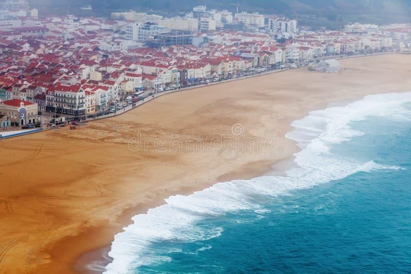 Riva dell'oceano in Nazare, Portogallo, in tempo nebbioso piovoso immagini stock