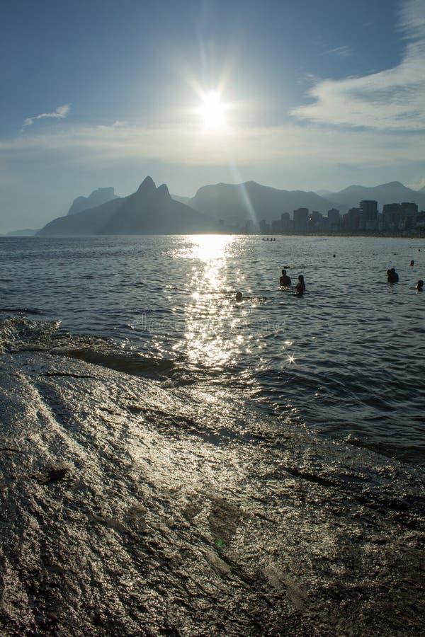Riva della spiaggia di Arpoador nella città di Rio de Janeiro alla luce di tramonto immagine stock