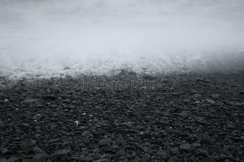 Riva della spiaggia rocciosa fotografia stock libera da diritti