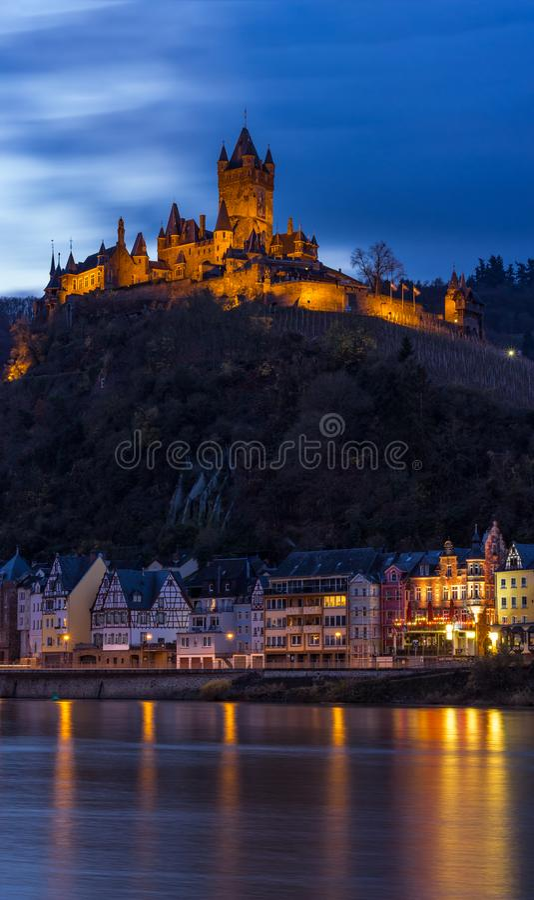 Riva di Mosella in Cochem Germania con il castello imperiale su Hillside fotografia stock libera da diritti