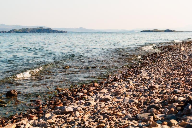 Riva ed onde del lago Baikal immagine stock libera da diritti