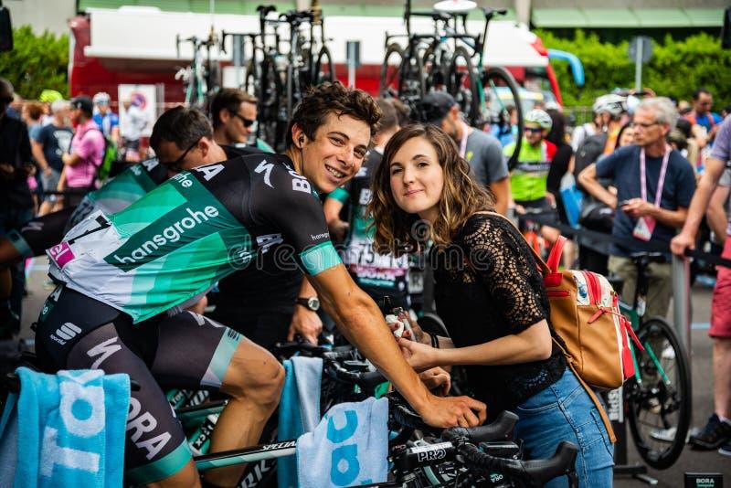 Riva, Italia 23 de mayo de 2018: Davide Formolo, Bora Hansgrohe Team, encuentra a su esposa momentos antes de la etapa dura fotografía de archivo