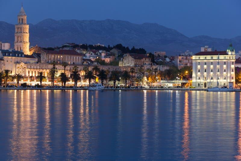 Riva promenad på natten split croatia arkivbilder