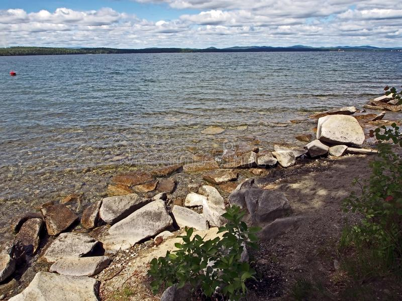 Riva rocciosa del lago con chiara, acqua soleggiata, Urals del sud immagine stock libera da diritti