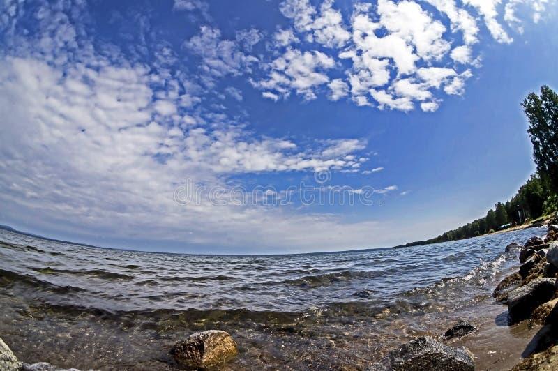 Riva rocciosa del lago di mattina con cielo blu con le nuvole leggere nei Urals del sud immagine stock libera da diritti