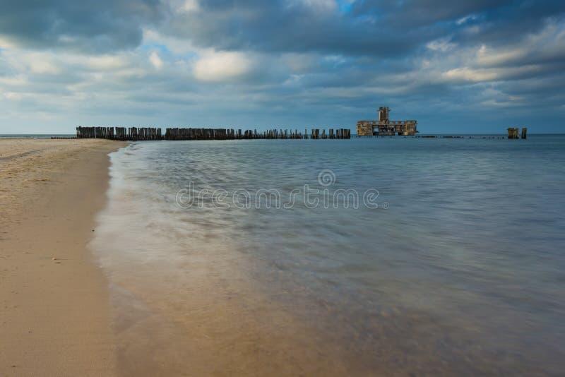 Riva sabbiosa del Mar Baltico e del torpedownia vicino a Gdynia fotografie stock libere da diritti