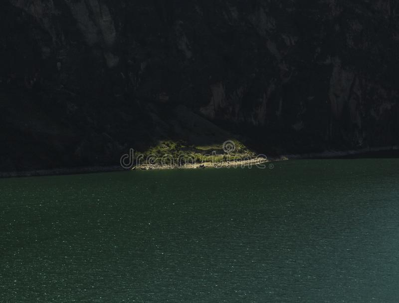 Riva verde nel lago del turchese fotografie stock
