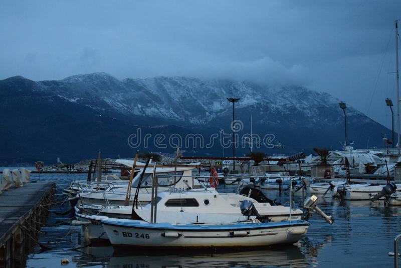 Rivage adriatique : Les eaux calmes, montagnes neigeuses ! photo stock