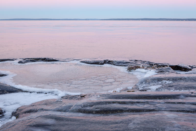 Download Rivage Congelé De Lac De Roche Au Crépuscule Photo stock - Image du lakeside, saison: 87702810