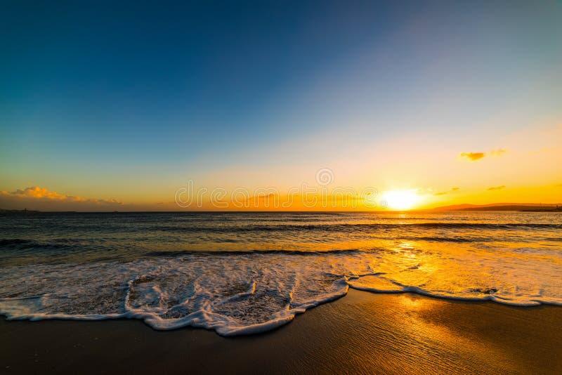 Rivage d'Alghero sous un ciel clair au coucher du soleil images libres de droits