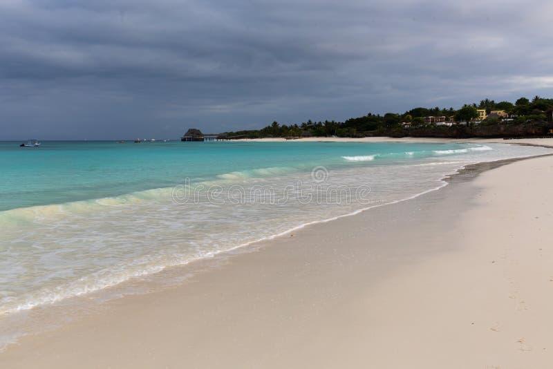 Rivage d'océan avant pluie image stock