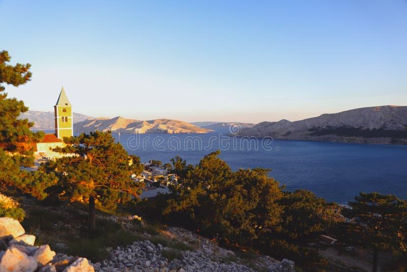 Rivage de baie d'été le soir en Mer Adriatique, Croatie met en place la vue de route de c?te de for?ts images libres de droits