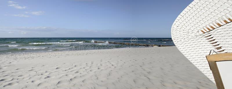 Rivage de Sandy à la mer baltique avec des brise-lames photo stock