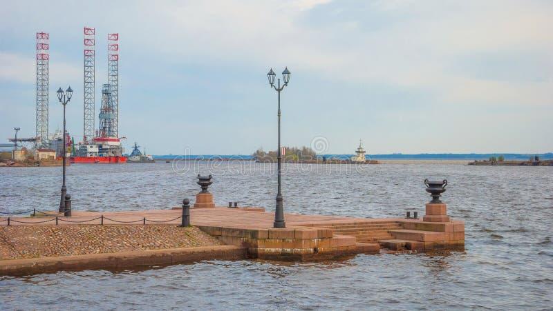 Rivage du golfe de Finlande dans la ville de Kronstadt photo libre de droits