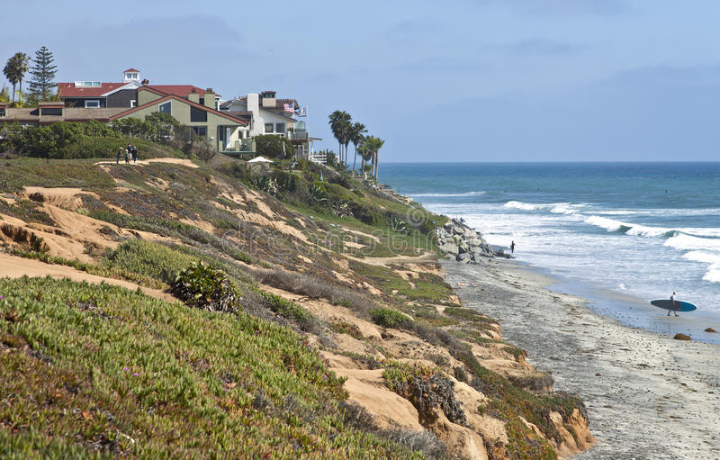 Rivage et maison de la Californie. photographie stock libre de droits