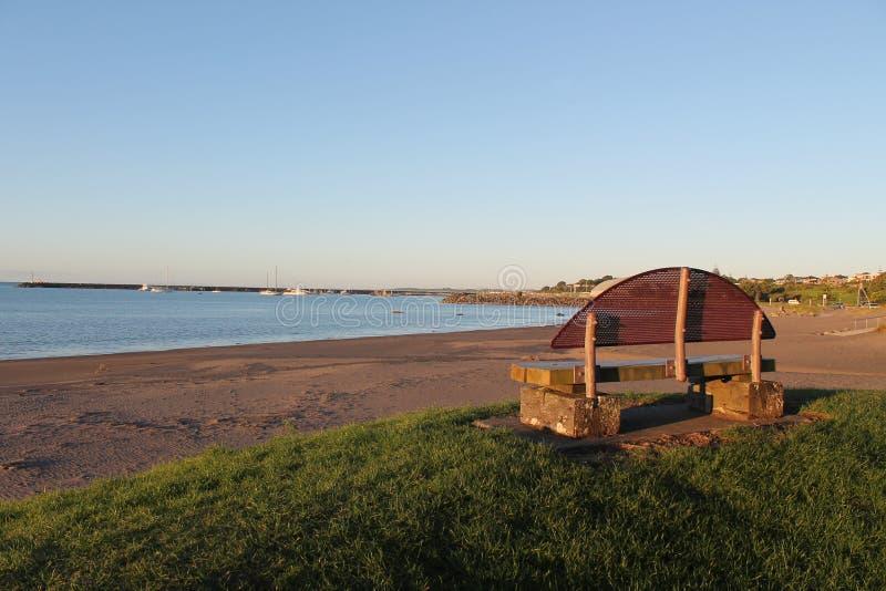 Rivage et Seat de Ngamotu au coucher du soleil photo stock