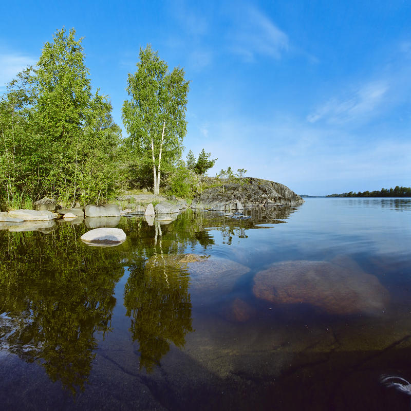 Rivage pierreux de lac Ladoga photos stock