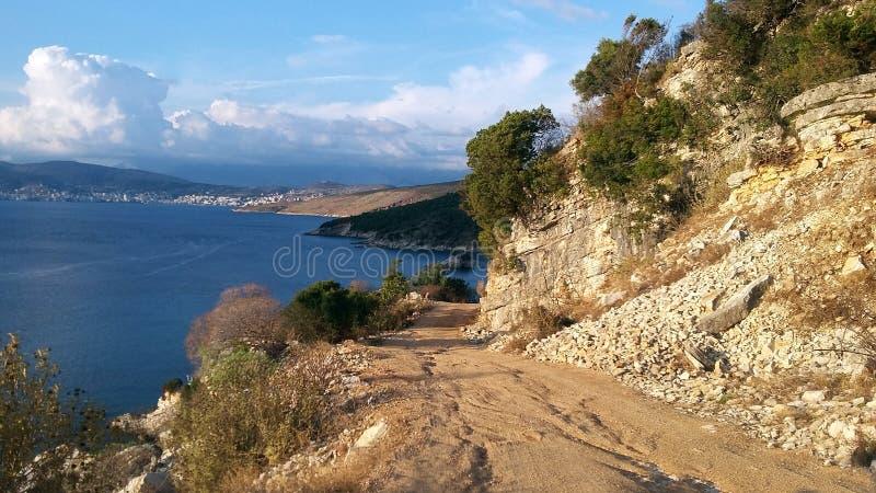 Rivage rocheux à côté de Ksamil, Saranda, la Riviera albanaise, beau paysage marin photographie stock libre de droits