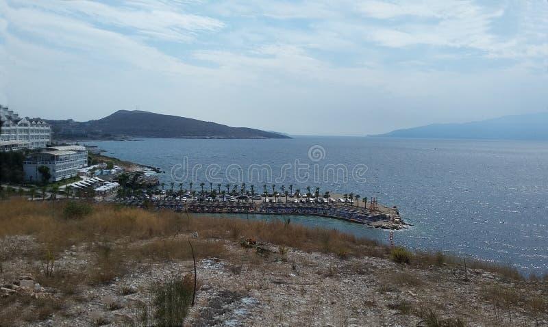 Rivage rocheux à côté de Ksamil, Saranda, la Riviera albanaise, beau paysage marin, coucher du soleil photos stock