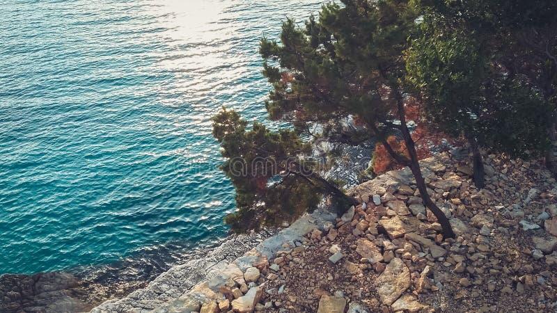 Rivage rocheux à côté de Ksamil, Saranda, la Riviera albanaise, beau paysage marin, coucher du soleil photographie stock