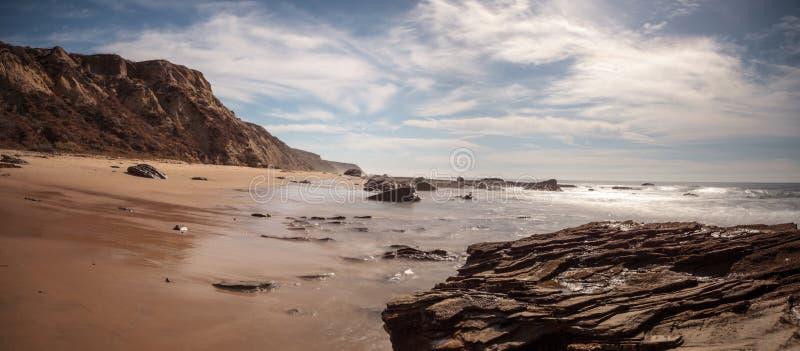 Rivage rocheux avec des cottages de plage rayant Crystal Cove State Park b image stock