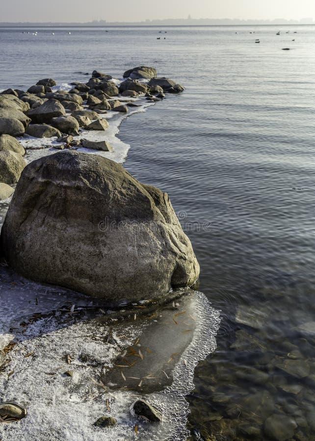 Rivage rocheux d'hiver photos libres de droits