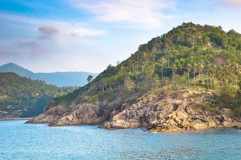 Rivage rocheux d'une île tropicale, Thaïlande photos stock