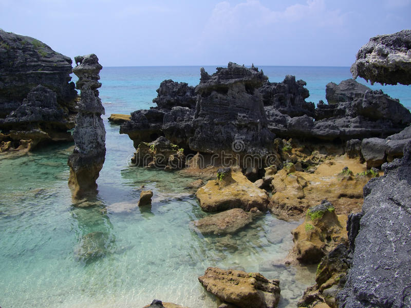 rivage rocheux des Bermudes photos stock