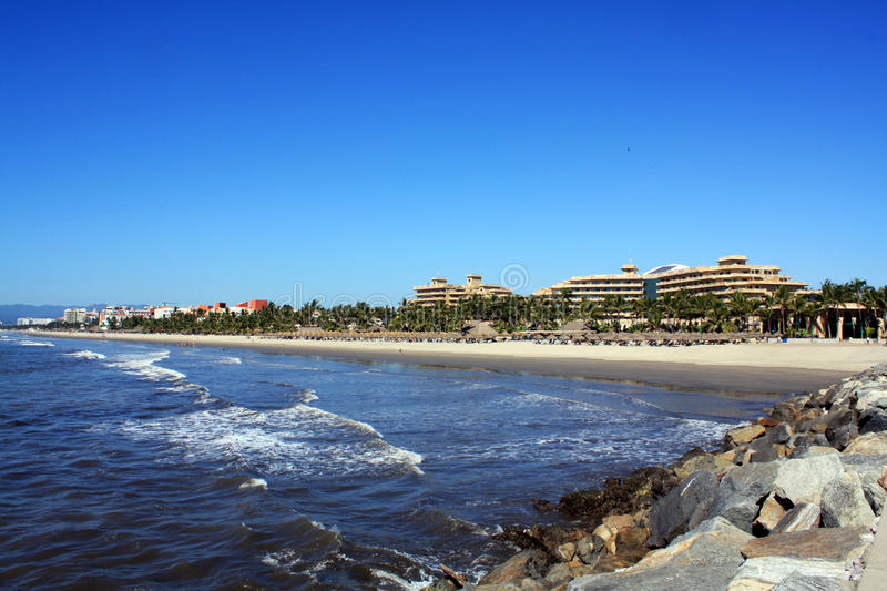 Rivage sur la plage, avec des hôtels photos stock