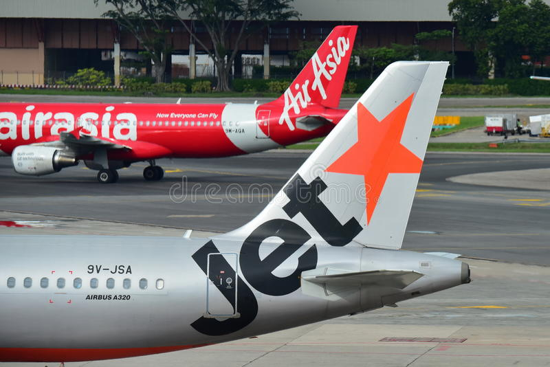 Rivalen Air Asia und Jetstar Asien Airbus A320 an Changi-Flughafen stockbild
