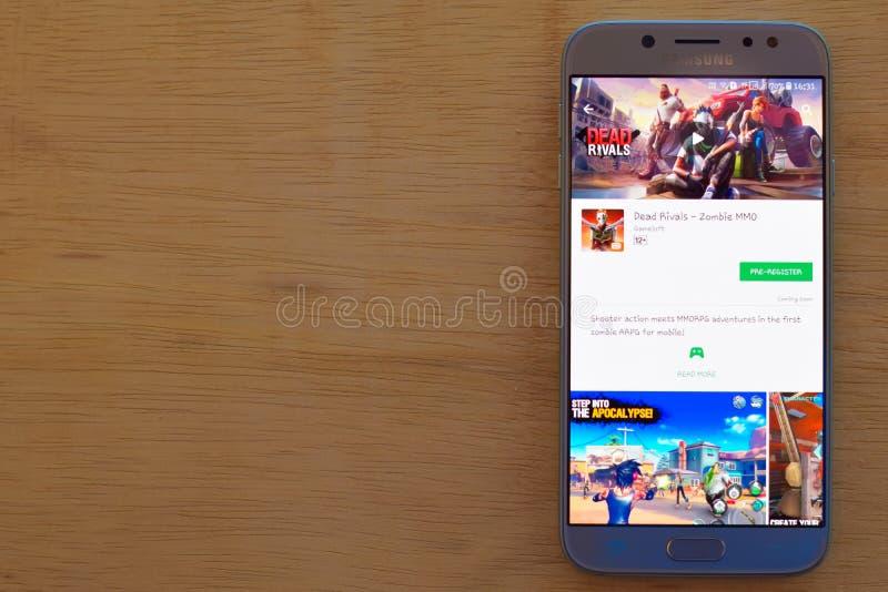 Rivales muertos - uso del revelador del zombi MMO en la pantalla de Smartphone fotos de archivo