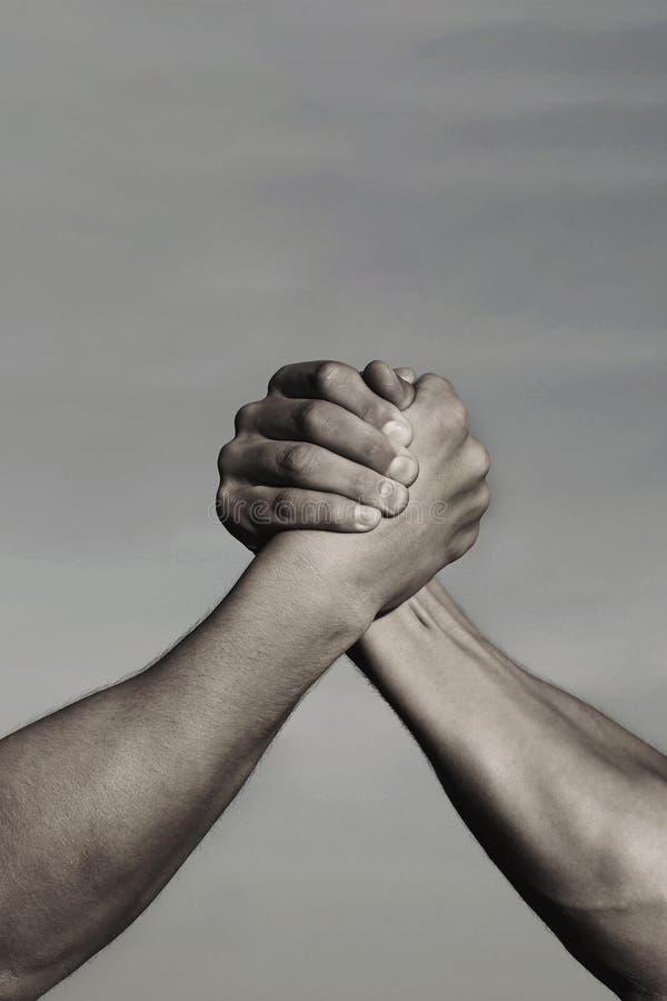 Rivalità, contro, sfida, confronto di resistenza Lottare di braccio dei due uomini Lottare di armi, concorrenza Concetto di rival immagini stock