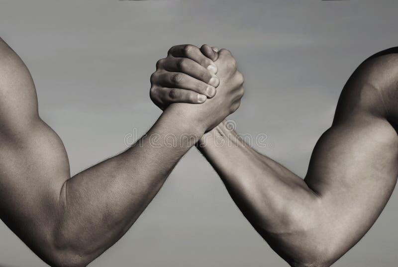 Rivaliteit, versus, uitdaging, sterktevergelijking Twee mensen bewapenen het worstelen Wapens die, de concurrentie worstelen Riva royalty-vrije stock afbeelding