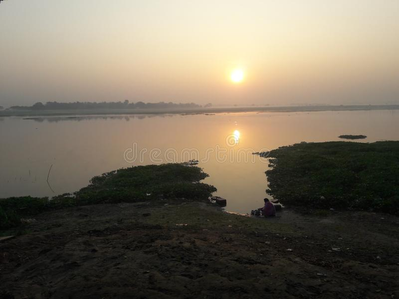 Rivar indio con la igualación del momento de la puesta del sol foto de archivo libre de regalías