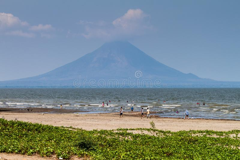 RIVAS, NICARAGUA - 1ER MAI 2016 : Les gens nagent dans le lac Lago Cocibolca Nicaragua près du village de San Jorge, Nicaragua vo photographie stock