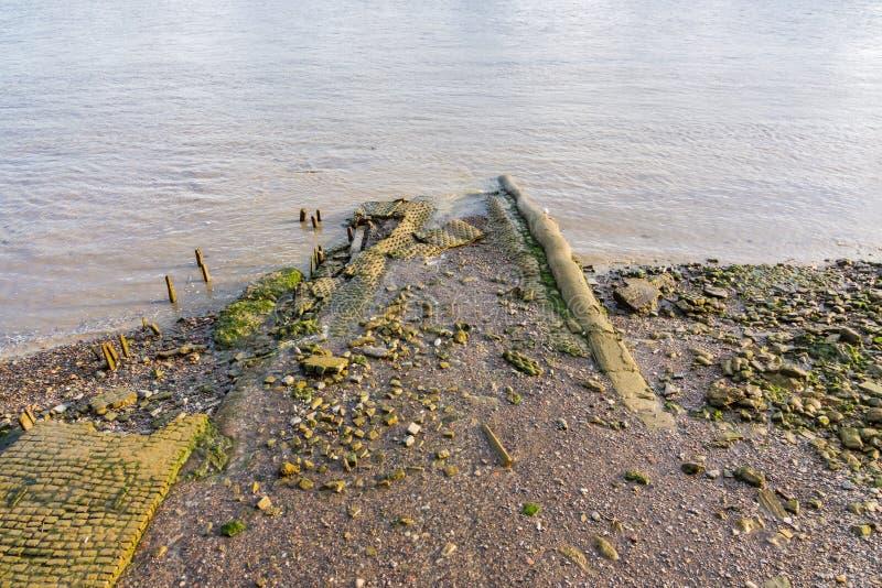 Rive boueuse à marée basse sur la Tamise images stock