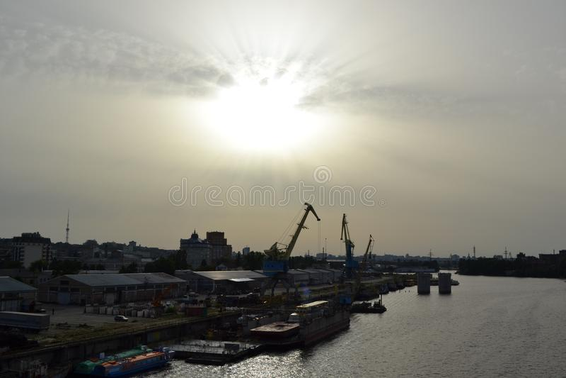 Rive d'été dans le port de Kiev image stock