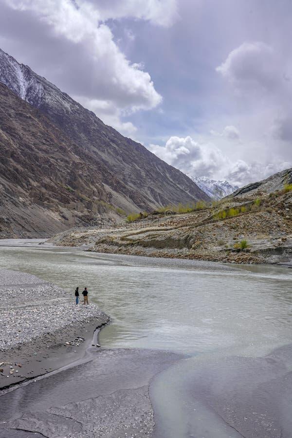 Rive de Hunza près de village de Passu photos stock