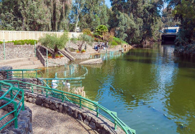 Rive di Jordan River al sito battesimale immagine stock